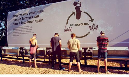 Đan Mạch treo Pano quảng cáo biến nước tiểu thành bia